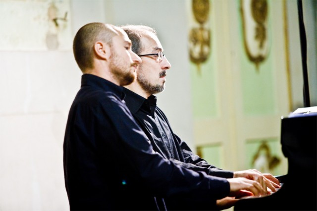 Duo Petrouchka al pianoforte laterale-1