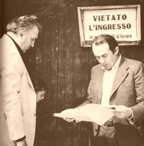 Federico Fellini, la nipote Francesca Fabbri Fellini e lo sceneggiatore Tonino Guerra a Rimini durante la lavorazione del film – foto di Davide Minghini