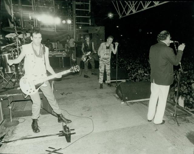 Allen Ginsberg sul palco con i Clash – 1980...