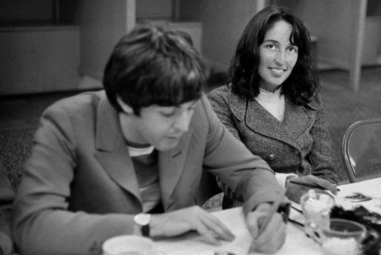Joan Baez con Paul McCartney nel 1965
