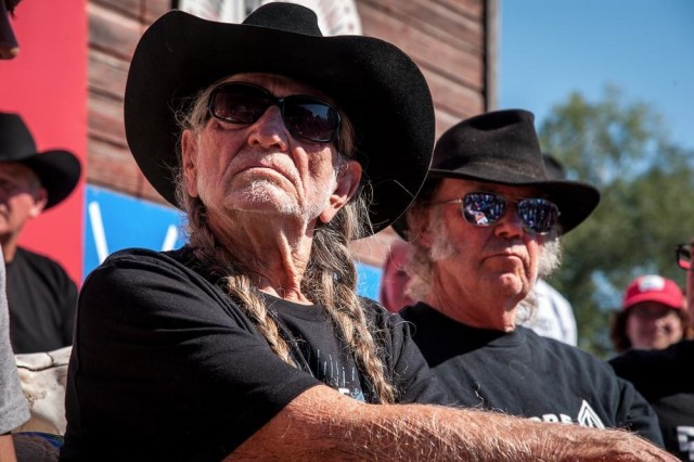 Neil Young con Willie Nelson a Standing Rock