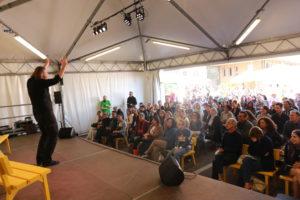 L'area palco durante il monologo di Roberto Mercadini