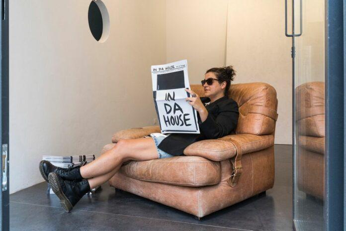 Luce Raggi legge IN DA HOUSE - Foto di Andrea Piffari